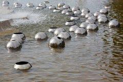 Błyszczące metal piłki na wodzie obrazy stock