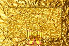 Błyszczącego żółtego liścia złocisty faborek na Błyszczącej folii Obraz Royalty Free