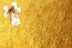 Błyszczący żółty liścia złoto i biały faborek Zdjęcia Royalty Free