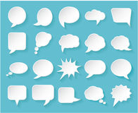 Błyszczący biały papier gulgocze dla mowy na błękitnym tle Zdjęcie Royalty Free