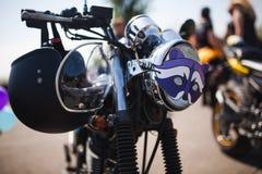 Błyszczący chromu caferacer motocykl z hełmem na sterowanie barze Zdjęcie Royalty Free