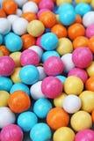 Błyszczący cukier pokrywał wokoło czekoladowych piłek jako tło Cukierków bonbons stubarwna tekstura Round cukierków cukierków wzó Obrazy Stock