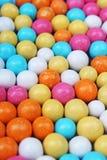 Błyszczący cukier pokrywał wokoło czekoladowych piłek jako tło Cukierków bonbons stubarwna tekstura Round cukierków cukierków wzó Obraz Stock