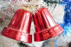 Błyszczący czerwoni boże narodzenie dzwony jako dekoracja obrazy stock