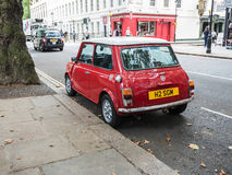 Błyszczący czerwony Mini Cooper na Londyńskiej ulicie Zdjęcie Stock