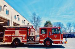 Błyszczący Czerwony Pożarniczego silnika chodzenie Z posterunku straży pożarnej, boczny widok Obrazy Royalty Free