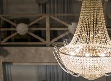 Błyszczący duży piękny świecznik w dużej izbowej sali zdjęcie stock