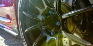 Błyszczący mag koło czerwony samochód z błękitnymi ryglami obrazy royalty free