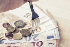 B?yszcz?cy metalu rozwidlenie odpoczywa? na stosie euro banknoty i monety zdjęcia royalty free