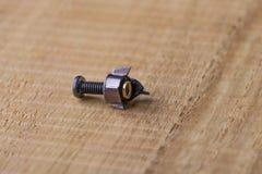 Błyszczący metalu rygiel zabezpiecza procesor deskę, odkręconą w połówce zdjęcie stock
