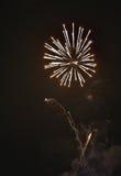 Błyszczący naturalni fajerwerki na ciemnego czerni nieba tle z litt Fotografia Royalty Free