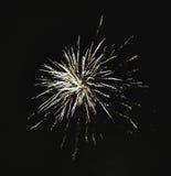Błyszczący naturalni fajerwerki na ciemnego czerni nieba tle z litt Obraz Stock