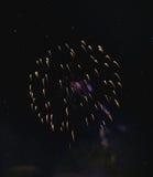 Błyszczący naturalni fajerwerki na ciemnego czerni niebie Zdjęcie Stock