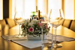 Błyszczący stół w restauraci zaświecał ciepłym, złotym światłem słonecznym, Fotografia Stock