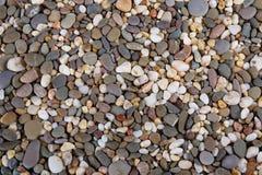 Błyszczący Wielo- Barwioni otoczaki na oceanu brzeg Zdjęcie Royalty Free