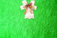 Błyszczący zielony liścia złoto i biały faborek na Błyszczącej folii Obraz Stock