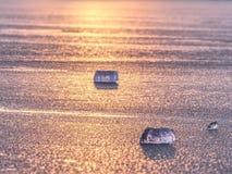 Błyszczeć krakingowego lodowego floe dryfuje na górze lodowa w błękitnej lagunie Żywy grże kolory Obraz Stock