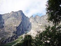 Błyszczki ściana Trolltind w przeważnie nadwieszący Norwegia, Europa ` s - tylko pionowo mila skała - obrazy stock