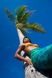 b椰子倾斜的结构树热带妇女 图库摄影