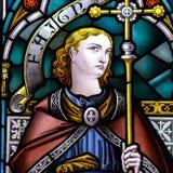 B的彩色玻璃关闭在圣洁十字架的教会里 免版税图库摄影