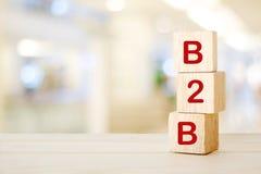 B2B, επιχείρηση στην επιχείρηση μάρκετινγκ, στους ξύλινους κύβους πέρα από τη θαμπάδα β Στοκ φωτογραφία με δικαίωμα ελεύθερης χρήσης