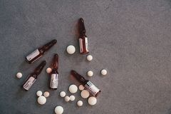 B12 φιαλίδια και άσπρα χάπια στο συγκεκριμένο πίνακα στοκ εικόνες με δικαίωμα ελεύθερης χρήσης