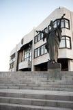 b строя переднюю статую slovak парламента стоковое фото rf