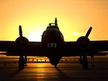 B-17日出在机场 免版税图库摄影
