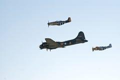 B-17 et deux P-51 volent dans la formation Photo stock