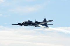 B-17 vliegende vesting op brand royalty-vrije stock afbeeldingen