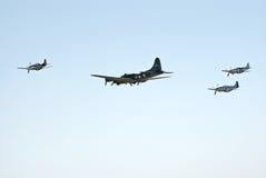 B-17 y tres P-51 vuelan en la formación imagen de archivo