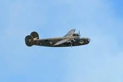 B-24 que faz a baixa passagem em Airshow imagem de stock
