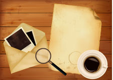 Старый конверт с фото и старой бумагой на деревянном b Стоковые Фото