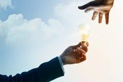 Конспект, бизнесмен делит идею и воодушевленность, символ светлый b Стоковые Фото