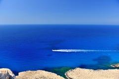 塞浦路斯岛热带海海滩的蓝色盐水湖与游艇b 库存图片