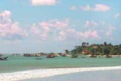 美丽的热带海滩白色沙子、绿松石海洋水和b 库存照片