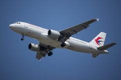 B-6002 Airbus A320-200 da linha aérea oriental de China Imagem de Stock