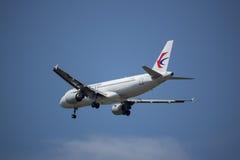 B-6002 Airbus A320-200 da linha aérea oriental de China Fotografia de Stock