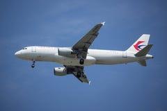 B-6002 Airbus A320-200 de ligne aérienne orientale de la Chine Photographie stock libre de droits