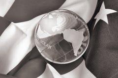 B & globo di vetro di W sulla bandiera americana Immagini Stock
