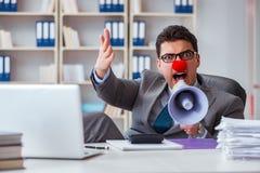 Błazenu biznesmen gniewny w biurze z megafonem Zdjęcia Royalty Free