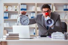 Błazenu biznesmen gniewny w biurze z megafonem Fotografia Stock