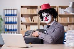 Błazenu biznesmen pracuje w biurze Obrazy Stock