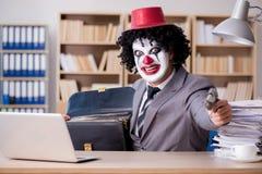 Błazenu biznesmen pracuje w biurze Zdjęcia Royalty Free