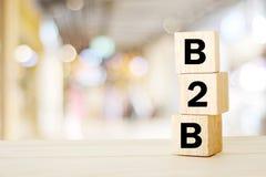 B2B, επιχείρηση στην επιχείρηση μάρκετινγκ, επιχειρησιακή λέξη στο ξύλινο $cu Στοκ Εικόνες
