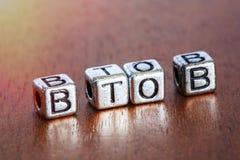 B2B (tra imprese), concetto di finanza di affari con metallo Immagine Stock
