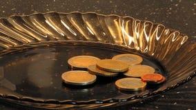B-broodje lengte van langzaam zoemende euro muntstukken op een donkere bruine glasplaat stock videobeelden
