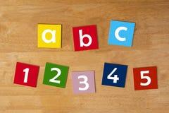 b c & 1 2 3 4 5 -措辞小学生的标志系列。 库存照片