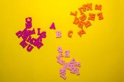 B c met houten brieven stock afbeeldingen