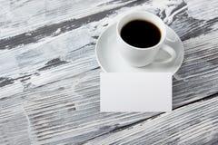 B-cartões vazios da foto com xícara de café em uma textura de madeira Copie o espaço para seu anúncio Imagem de Stock Royalty Free